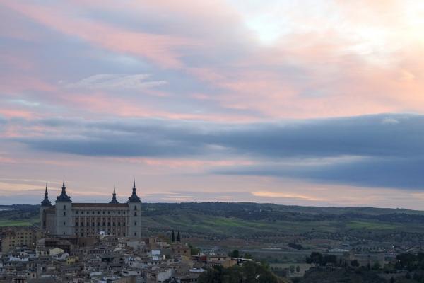 일출 직전 매직아워에 분홍색과 푸른색이 교차하는 하늘 빛이 신비하다 (스페인 톨레도). 사진_조현주