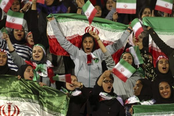 이란 테헤란 아자디 스타디움에서 2018년 11월 16일(현지시간) 한 여성 축구팬이 이란과 볼리비아 대표팀 간 평가전을 관람하며 국기를 흔들고 있다. 이란 정부는 이날 여성들의 축구경기 관람을 허용했다. 이는 1979년 이슬람 혁명 이후 처음이다. ⓒ뉴시스·여성신문