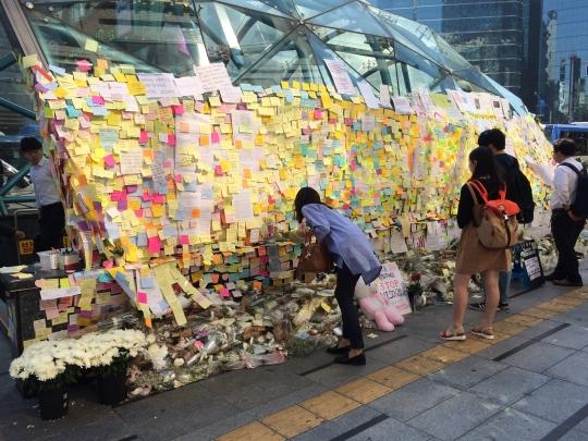 시민들이 '여성혐오 살인사건'이 발생한 강남역 10번 출구 앞을 찾아 피해 여성을 추모하고 있다. ⓒ여성신문