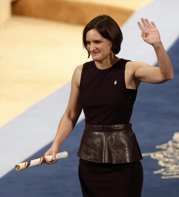 스웨덴 한림원이 14일(현지시간) 스톡홀름에서 2019년 노벨경제학상 수상자로 빈곤연구에 헌신한 아비지트 바네르지, 에스테르 뒤플로, 마이클 크레이머를 선정했다. 사진은 노벨 경제학상 역사상 두번째 여성 수상자가 된 뒤플로 미국 MIT교수가 지난 2015년 10월 23일 스페인 북부 오비에도에서 국왕 펠리페 6세로부터 상을 수상한 후 손을 흔들고 있는 모습. ⓒ뉴시스·여성신문