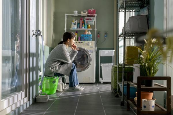 '82년생 김지영'의 주인공 김지영(정유미)는 반복되는 지친 삶에 항상 피곤한 표정이다. 그러던 어느 날 이해할 수 없는 이상한 행동을 하기 시작한다. ⓒ롯데엔터테인먼트