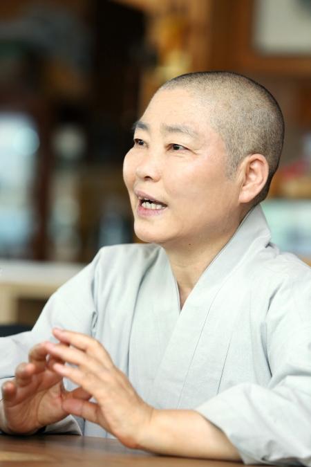 본각 스님은 2004년에 8차 세계여성불자대회를 한국에서 개최하는데 주도적인 역할을 하는 등 비구니 위상을 높이고 성차별을 개선하는데 꾸준히 노력해왔다. ⓒ이정실 여성신문 사진기자