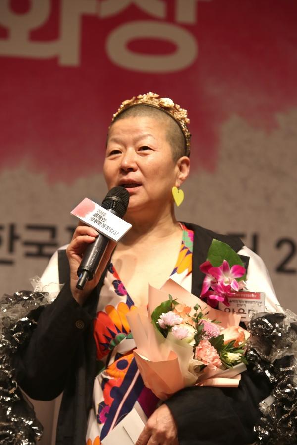 17일 서울 중구 한국프레스센터에서 '2019 올해의 양성평등문화상' 시상식이 열렸다. '올해의 성평등문화인상'을 받은 안은미 무용가가 수상소감을 말하고 있다. ⓒ곽성경 여성신문 사진기자