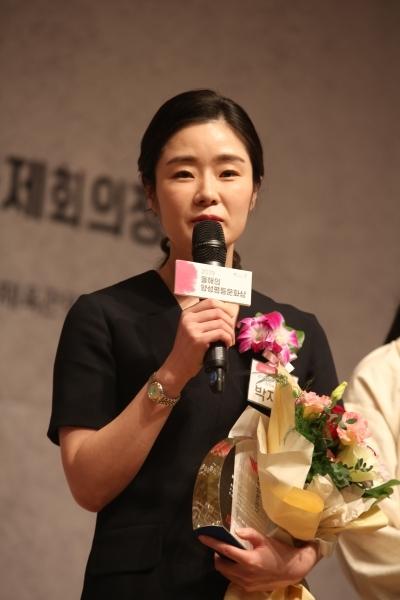 17일 서울 중구 한국프레스센터에서 '2019 올해의 양성평등문화상' 시상식이 열렸다. '신진여성문화상'을 받은 박지혜 시각예술가가 수상소감을 말하고 있다.ⓒ곽성경 여성신문 사진기자