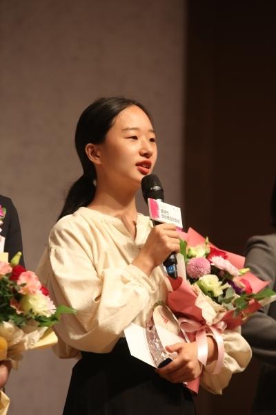 17일 서울 중구 한국프레스센터에서 '2019 올해의 양성평등문화상' 시상식이 열렸다. '신진여성문화상'을 받은 서도이 시각예술가가 수상소감을 말하고 있다.ⓒ곽성경 여성신문 사진기자