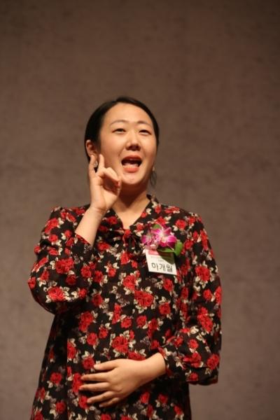 17일 서울 중구 한국프레스센터에서 '2019 올해의 양성평등문화상' 시상식이 열렸다. '신진여성문화상'을 받은 하개월 유투버가 수화로 수상소감을 말하고 있다.ⓒ곽성경 여성신문 사진기자