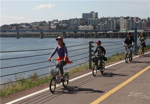 즐겁게 자전거를 타는 성동구민들 ⓒ성동구