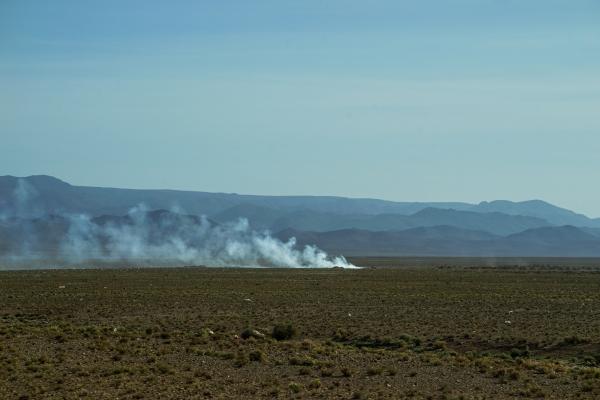 사막 근처 길을 달리는 자동차엔 모래 먼지가 친구처럼 뒤를 따라간다. (모로코 에르푸드 인근). 사진_조현주
