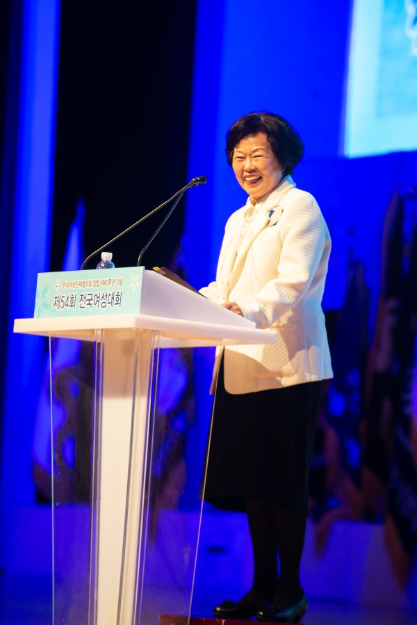 10월 31일 서울 코엑스에서 열린 '한국여성단체협의회 창립 제 60주년 기념식& 제54회 전국여성대회'에서 최금숙 한국여성단체협의회 회장이 개회사를 하고 있다. ⓒ곽성경 여성신문 사진기자