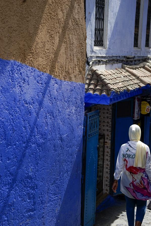 푸른 색 벽과 히잡 쓴 여인의 머리와 어깨에도 빛이 가득하다. 사진_조현주