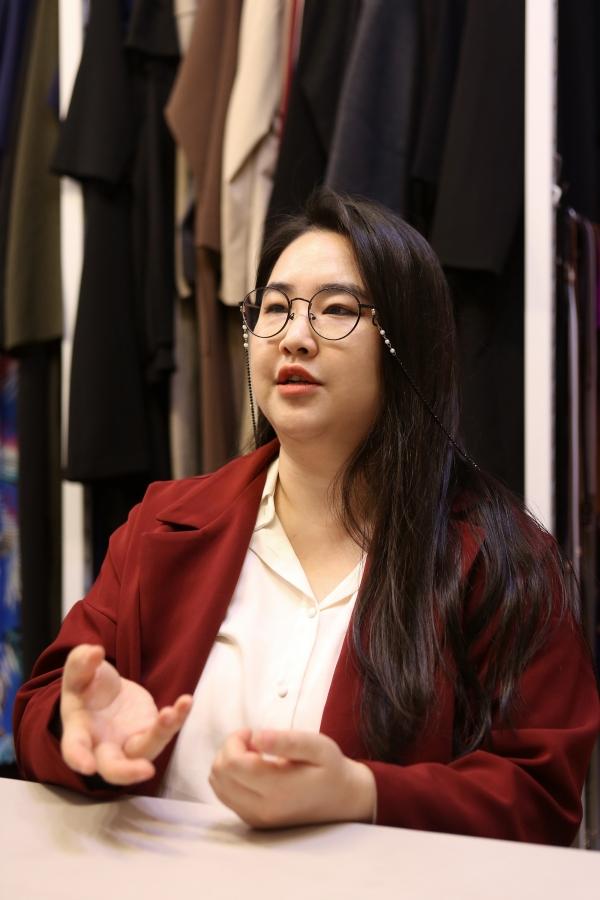 김지양 모델이 서울 사당동 66100 사무실에서 여성신문과 인터뷰를 진행하고 있다. ⓒ곽성경 여성신문 사진기자