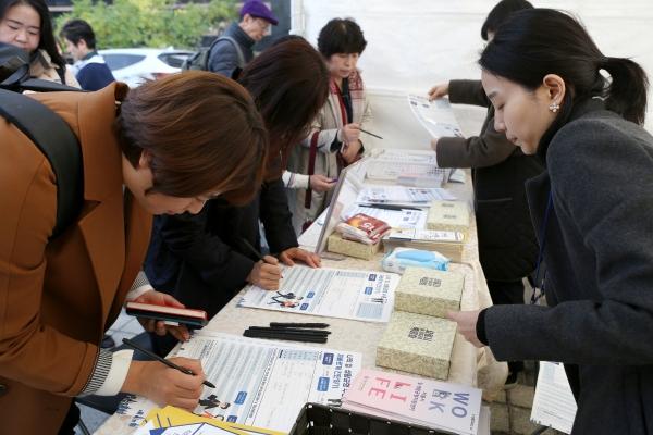 6일 서울 중구 프레스센터앞에서 '일생활 균형 박람회'가 열렸다. 시민들이  ' 나의 일 생활균형 수준 재빠르게 진단하기' 설문에 응하고 있다. ⓒ곽성경 여성신문 사진기자