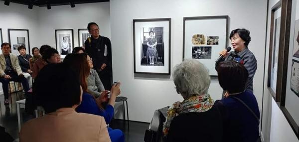 사진을 감상하는 참가자들 ⓒ사단법인 조각보