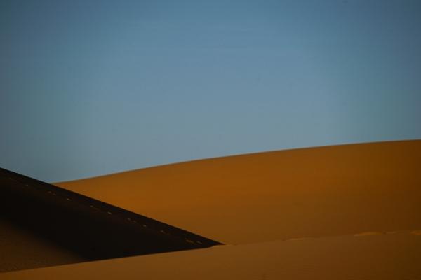푸른 하늘 아래 빛과 그늘이 만든 단순한 사구 라인이 추상 그림 같다. 사진_조현주
