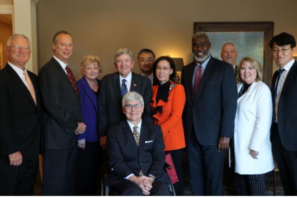 미국 앨라배마주 오펠라이카시장과 어번대학교총장 등이 참석한 가운데 투자유치설명회를 가졌다. 왼쪽 4번째부터 게리 퓰러(Gary Fuller) 오펠라이카시장, 이인선청장, 로이릭커스 쿡(Royrickers Cook) 어번대하교 부총장