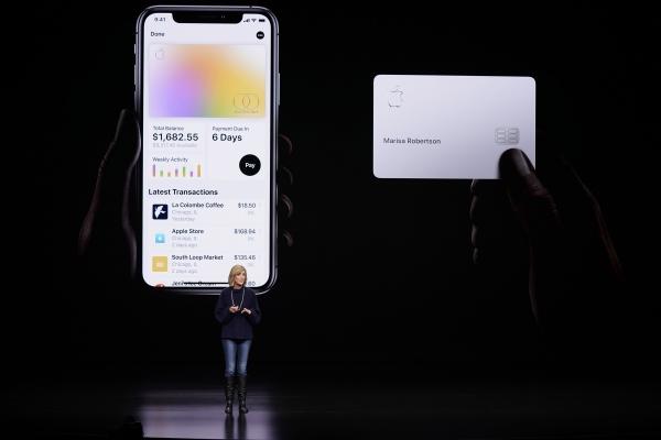 3월25일(현지시간) 애플페이 부사장 제니퍼 베일리가 캘리포니아주 쿠퍼티노에서 열린 신제품 발표 행사에서 애플카드에 대해 설명하고 있다. ⓒ뉴시스·여성신문