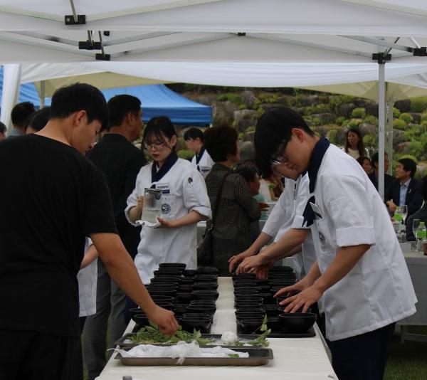 '정관스님과 해외 미슐랭 셰프가 함께하는 한국사찰 음식전'에 국제조리고 학생들도 참여했다. ⓒ권은주기자