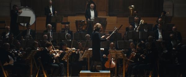 안토니아 브리코(크리스탄 드 브루인)는 극 중에서 지휘자의 꿈을 이루지만 여전히 음악가들로부터 냉대를 받는다. ⓒ라이크콘텐츠