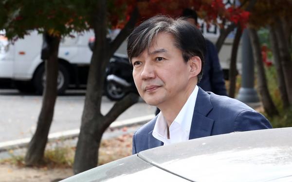 조국 전 법무부 장관이 부인 정경심 교수 접견을 위해 24일 오전 경기 의왕시 서울구치소로 들어서고 있다.