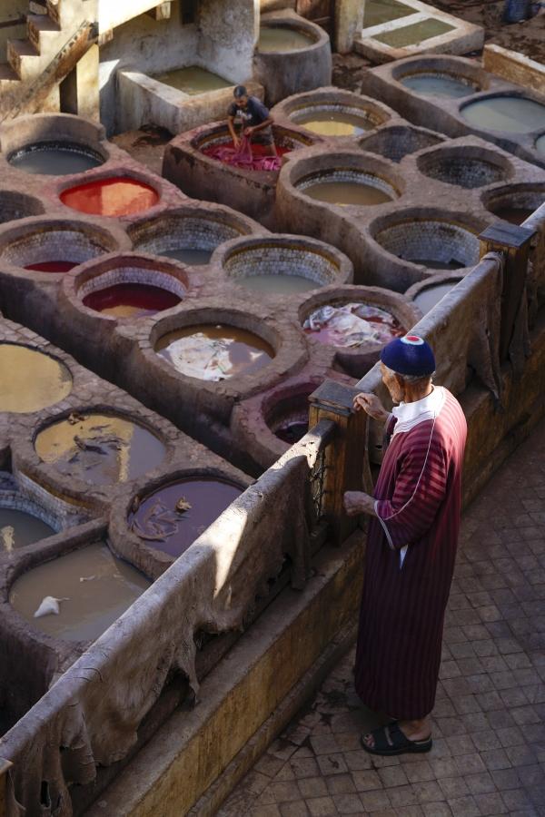 천연가죽염색공정을볼수있는테너리. 모로코전통옷을입은노인의어깨에세월의빛이같이쌓인다. 사진_조현주