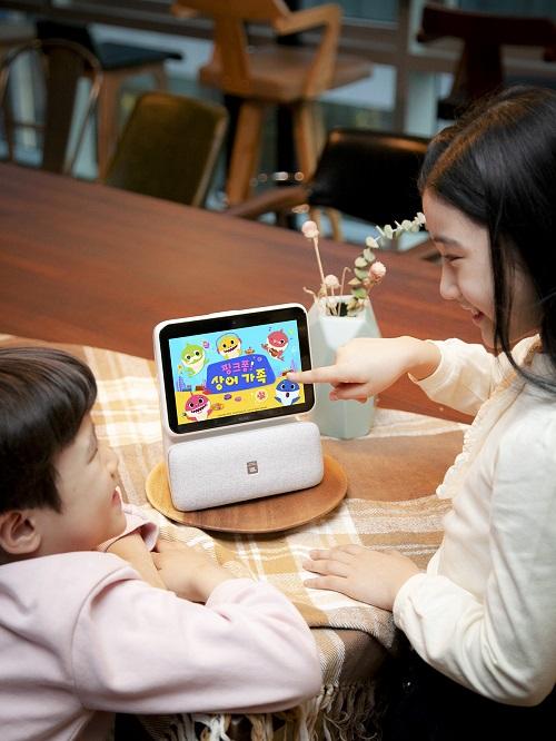 한 고객이 누구 네모에서 캐릭터 이미지를 보며 아이와 대화하고 있다. ⓒSK텔레콤