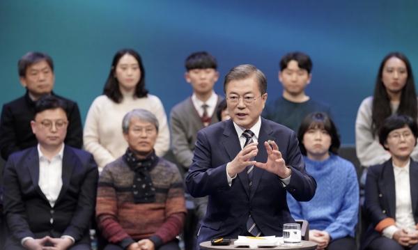 문재인 대통령이 19일 오후 서울 MBC 미디어센터에서 열린 '국민이 묻는다, 2019 국민과의 대화'에 참석해 국민 패널들의 질문에 답하고 있다.  ©여성신문·뉴시스