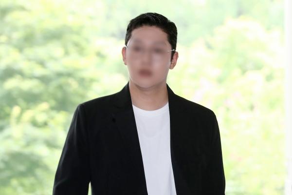 걸그룹 카라의 구하라 씨를 폭행하고 불법 촬영한 혐의로 재판에 넘겨진 전 남자친구 최종범씨가 7월 18일 오후 서울 서초구 서울중앙지방법원에서 열린 2차 공판에 출석하기 위해 법정으로 들어서고 있다. ⓒ뉴시스·여성신문