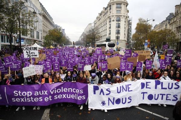 23일(현지시간) 프랑스 파리에서 열린 여성살해와 여성에 대한 성폭력을 규탄하는 시위에서 참가자들이 남편들의 손에 살해된 여성들의 이름이 적힌 플래카드를 들고 행진하고 있다. 이날 집회는 프랑스 파리 등 전국 30여개 도시에서 열렸다. ⓒ뉴시스·여성신문