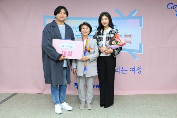 제23회 YWCA가 뽑은 좋은 TV프로그램상 대상에 tvN 드라마 '검색어를 입력하세요 WWW'(이하 '검블유')가 선정됐다. 28일 열린 시상식에서 정지현 피디, 한영수 한국YWCA연합회 회장, 권도은 작가가 포즈를 취하고 있다. ⓒYWCA