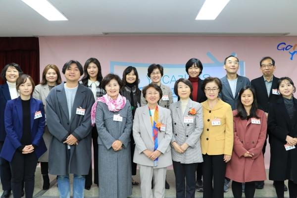 28일 서울시 중구 서울YWCA회관에서 제23회 YWCA가 뽑은 좋은 TV프로그램 시상식이 열렸다. 시상식이 끝난 후 참석자들이 기념 사진을 찍고 있다. ⓒYWCA