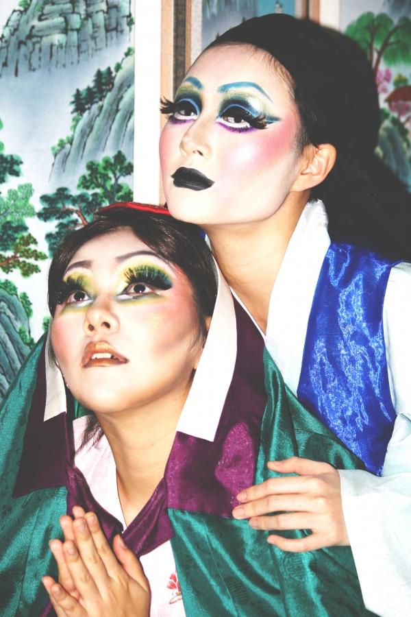 제3회 드랙킹 콘테스트 '드랙X여성국극'에 두 주인공으로 출연하는 춘향역 승연과 몽룡역 아장맨이 포즈를 취하고 있다. ⓒ장덕경