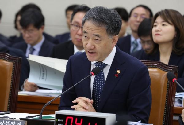 박능후 보건복지부 장관이 2일 오전 서울 여의도 국회 보건복지위원회에서 열린 전체회의에 참석해 의원들의 질의에 답변하고 있다.