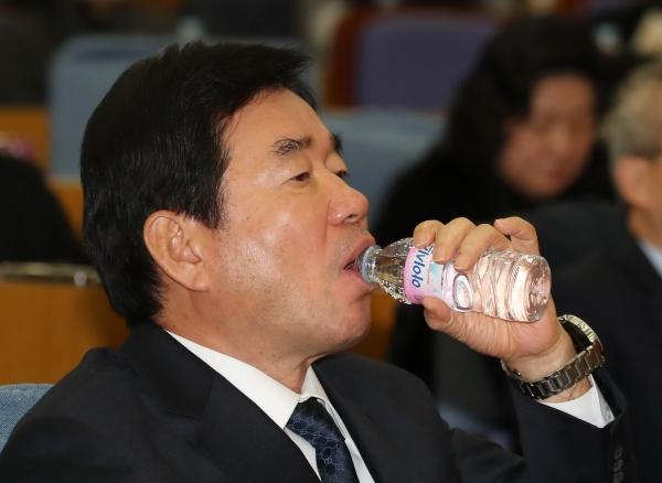 물먹은 김진표 더불어민주당 국회의원 ⓒ뉴시스.여성신문