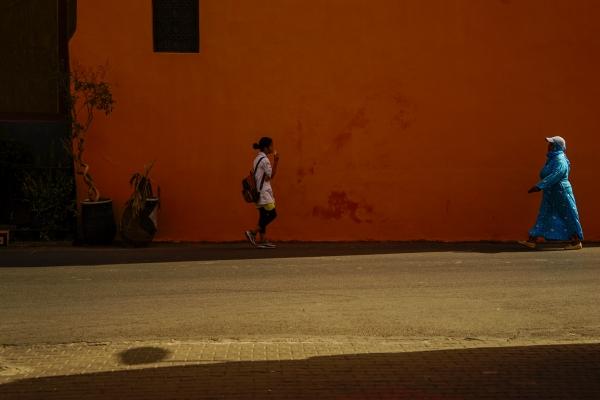 구시가지 붉은 담벼락에 전통 복장을 한 여인과 아이스크림을 먹으며 걷는 소녀의 대비가 선명하다. 사진_조현주