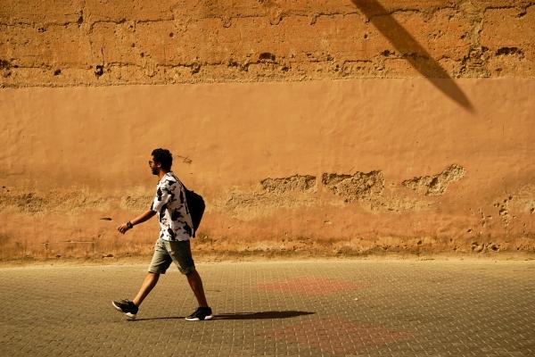 오랜 세월이 쌓인 엘바디 궁전의 주황색 담벼락에 기둥 그림자와 행인의 걷는 팔다리가 나름 조화롭다.  사진_조현주