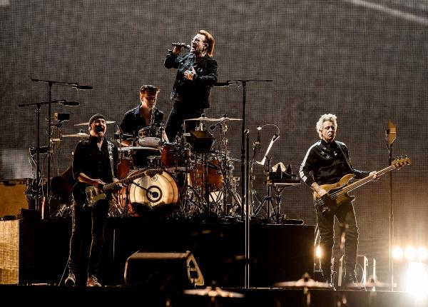 록밴드 유투(U2)가 8일 오후 서울 고척스카이돔에서 열린 첫 내한공연에서 멋진 무대를 선보이고 있다. ⓒ라이브네이션 코리아