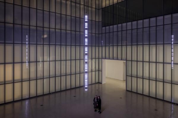 국립현대미술관 지하 서울박스에서 열리고 있는 '당신을 위하여: 제니 홀저'전의 작품 '당신을 위하여'. 16m 높이 천장에 달려 있는 LED 사인에서는 김혜순, 한강 등 국내외 여성 작가 5명이 쓴 텍스트가 나온다. ⓒ국립현대미술관