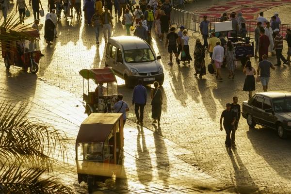 광장에는 자동차, 오토바이를 개조한 툭툭이, 걷는 사람들로 가득 찬다. 사진_조현주