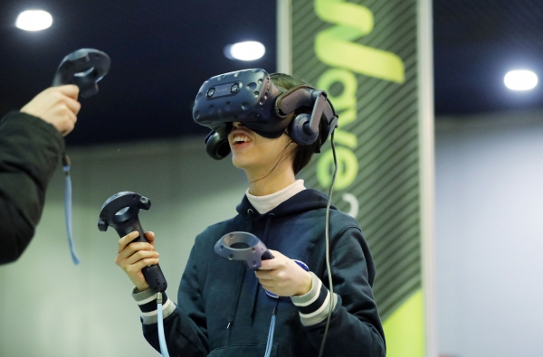 '2019대한민국 소프트웨어대전'이 지난 4일 서울 강남구 코엑스를 찾은 관람객들이 에이디엠아이의 VR 게임을 즐기고 있다. ⓒ뉴시스·여성신문
