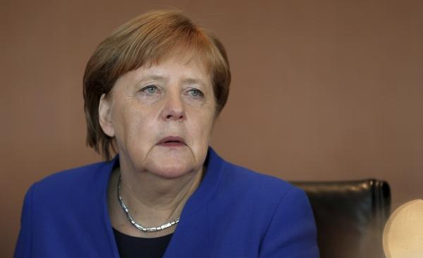 """5월 15일(현지시간) 앙겔라 메르켈 독일 총리가 주간 내각 회의에서 의원들의 이야기를 경청하고 있다. 메르켈 총리는 이날 독일 일간 쥐트도이체 차이퉁과의 인터뷰에서 에마뉘엘 마크롱 대통령의 '유럽주의'에 """"격렬한 논쟁을 벌이고 있다""""고 말했다. ⓒ뉴시스·여성신문"""