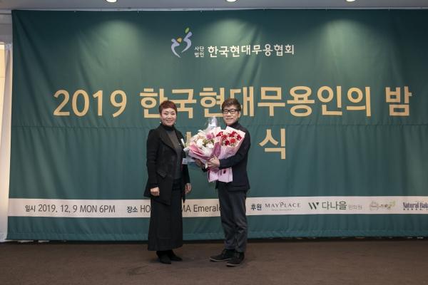올해의 무용예술상을 받은 안병순 순천향대 교수(오른쪽)와 한국현대무용협회 김헤정 회장 ⓒ한국현대무용협회