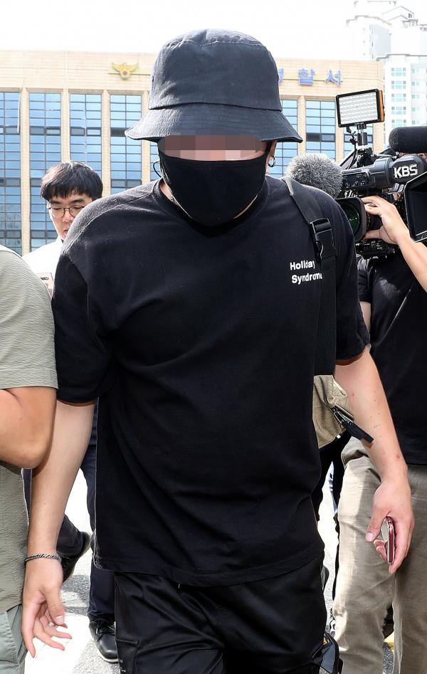 온라인상에서 논란이 된 일본인 여성 위협·폭행 영상과 사진에 등장하는 남성이 24일 오후 서울 마포경찰서에서 조사를 마치고 경찰서를 나서고 있다. ⓒ뉴시스·여성신문