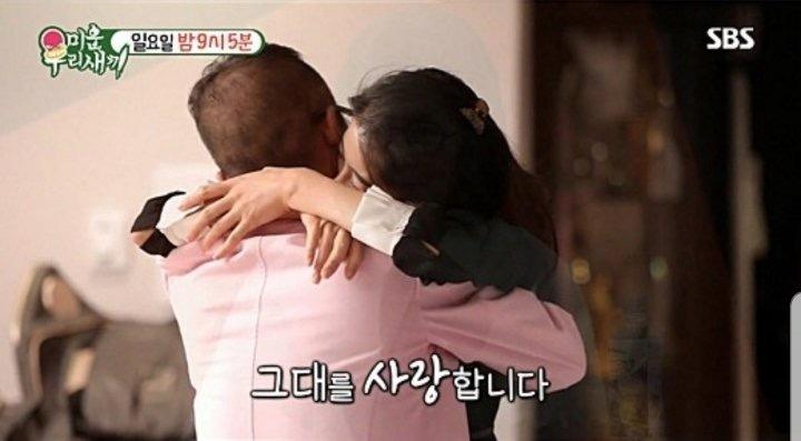 8일 방송 된 미우새에서 가수 김건모(51.뒷모습)가 예비신부 장지연씨를 안고 있다.
