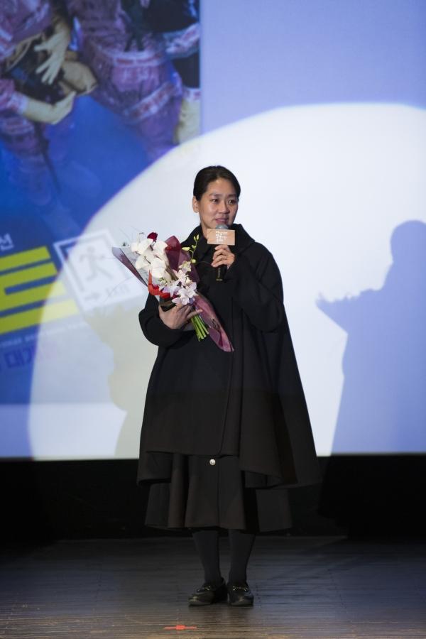 올해의 여성영화인상을 받은 영화사 외유내강의 강혜정 대표. ⓒ여성영화인모임
