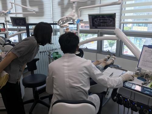 치과 진료를 받는 어린이 ⓒ경기도