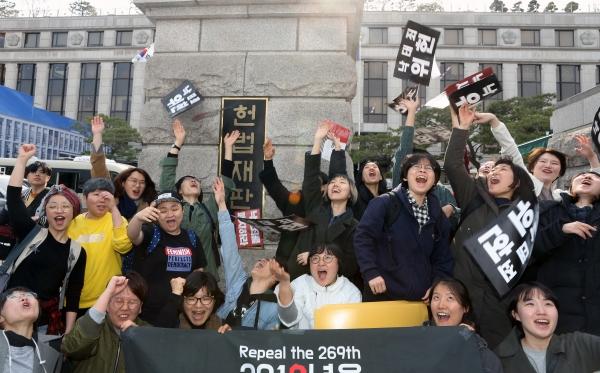 '낙태죄' 헌법불합치 판결이 내려진 11일 서울 종로구 헌법재판소 앞에서 모두를위한낙태죄폐지공동행동 회원들이 환호하고 있다.