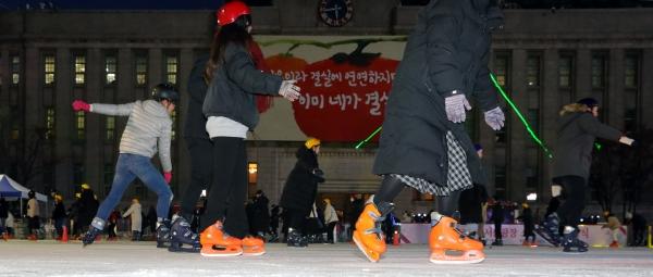 서울광장 스케이트장이 개장 한 20일 오후 서울 중구 시청 앞에 마련된 스케이트장에서 시민들이 스케이트를 타고 있다. ⓒ뉴시스