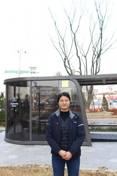 '2019 굿디자인'에 선정된 주민 커뮤니티 공간 '파티오 파고라' 앞에 선 김부성 주임.