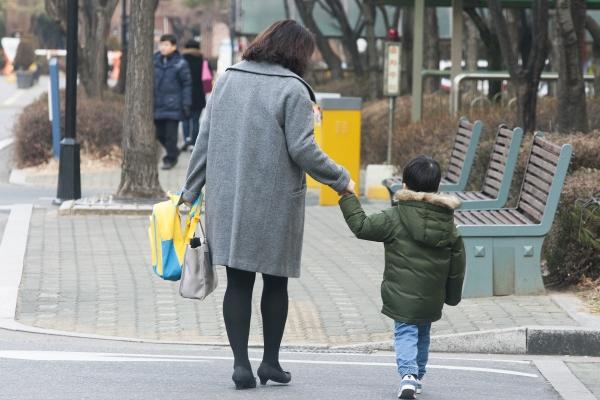 한 워킹맘이 출근 전 아이를 어린이집에 등원 시키고 있다. ⓒ이정실 사진기자