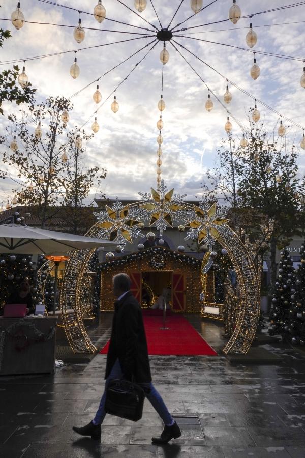 성탄 장식 빛에 회색빛 겨울 도시가 좀 더 환해진다 (프랑스 생폴드방스 인근). 사진_조현주